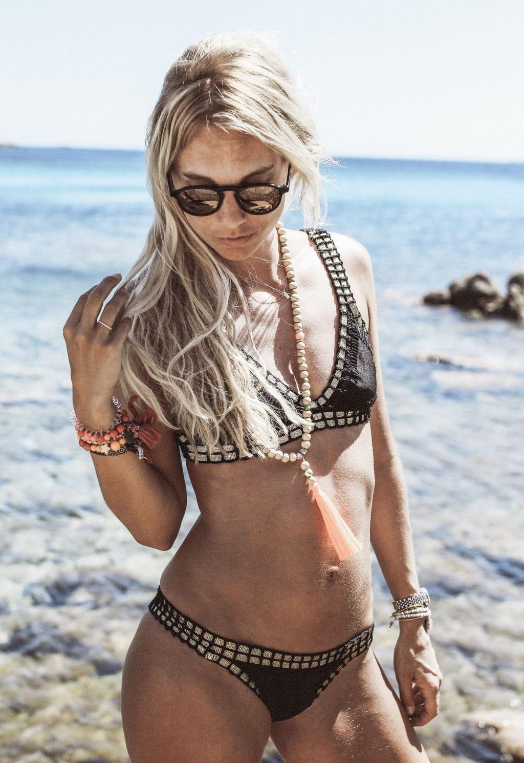 CK-1606_Sardinien-Sardegna-Sardinia-Italy-Italia-Fashion-Blog-Beach-Caribbean-Dress-Blonde-Karin-Kaswurm-Bikini-Kiini-9235