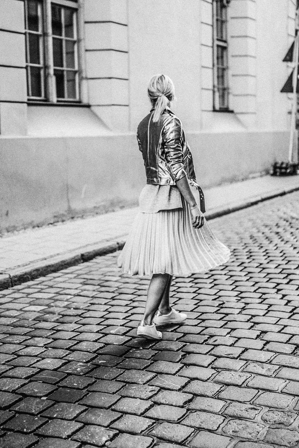 ck-constantlyk-com-karin-kaswurm-street-style-fashion-silver-leather-jacket-plissee-6800-2