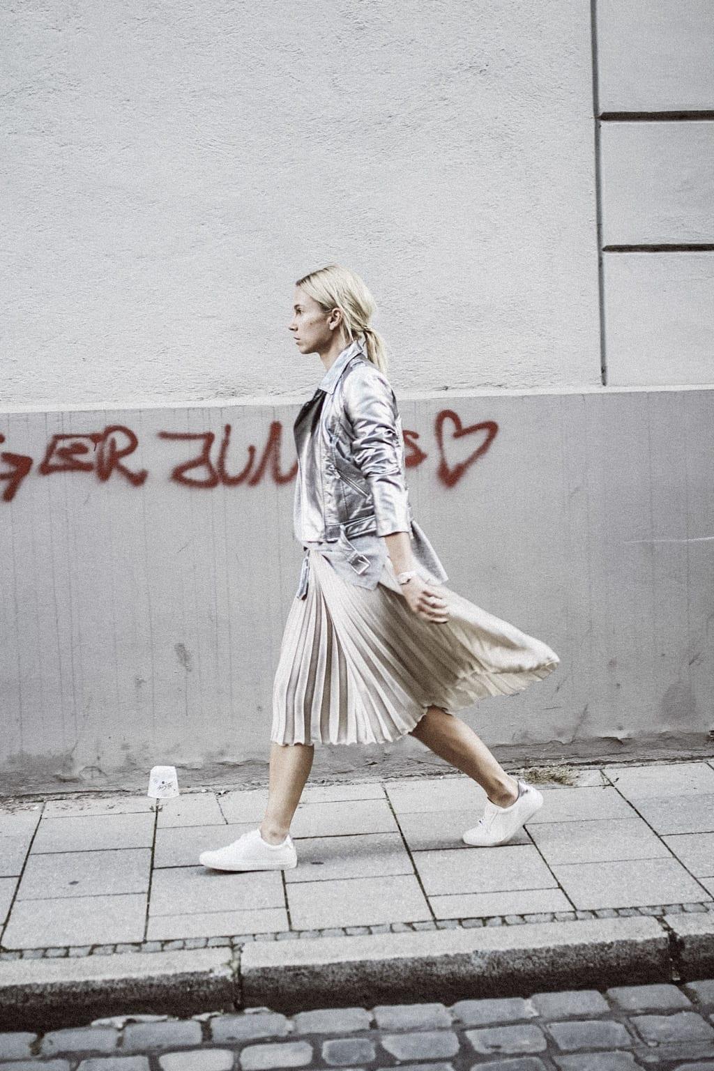 ck-constantlyk-com-karin-kaswurm-street-style-fashion-silver-leather-jacket-plissee-6842