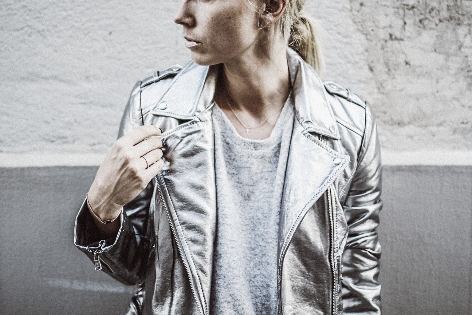 ck-constantlyk-com-karin-kaswurm-street-style-fashion-silver-leather-jacket-plissee-6958