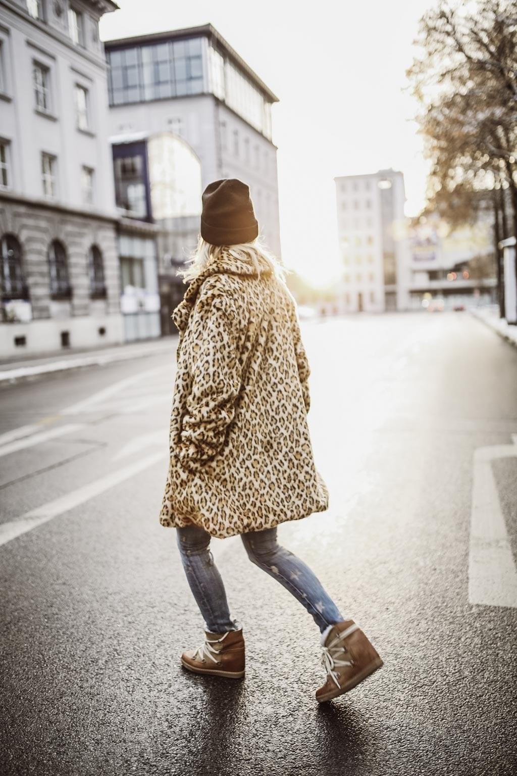 Karin Kaswurm im Leo-Outfit unterwegs in Augsburg
