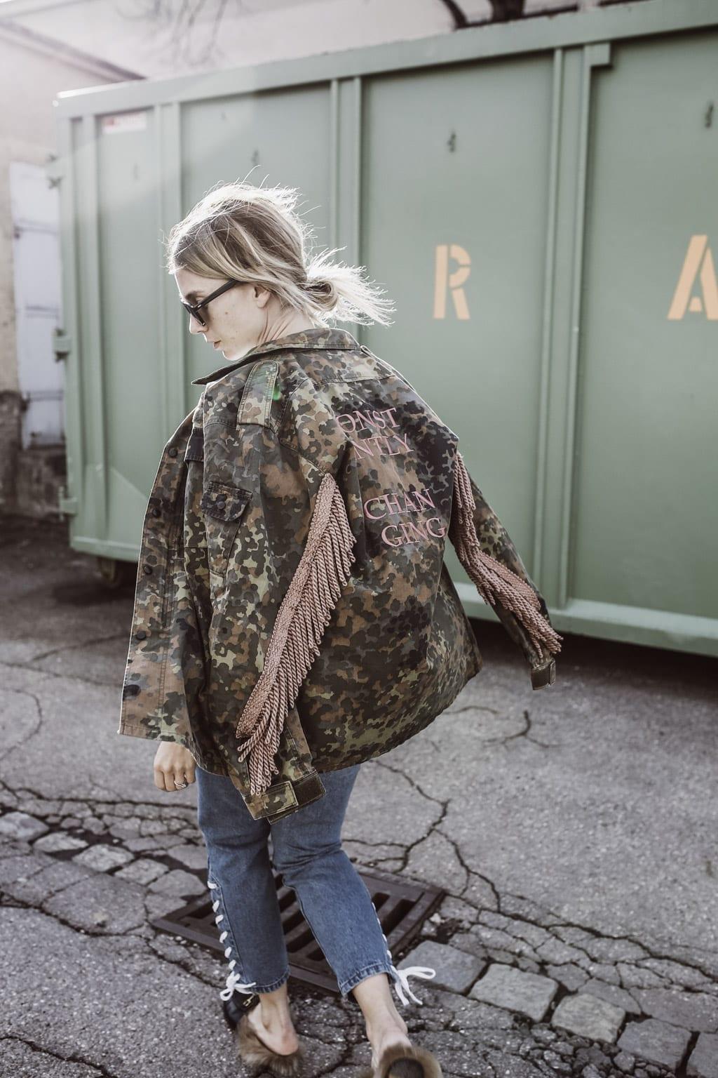 Karin Kaswurm mit der Jacke von Constantly K x Nomaz